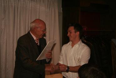 OM Walter Sämann gratuliert dem Preisträger 2011, Marco Stuber