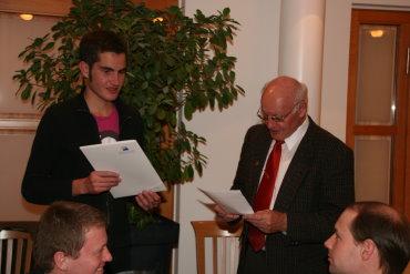 OM Walter Sämann gratuliert dem Preisträger 2009, Paul Köhler