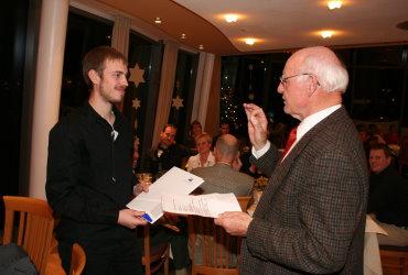 OM Walter Sämann gratuliert dem Preisträger 2009, Matthias Weiß