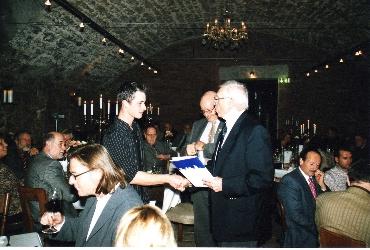 Stifter Erich Müller gratuliert dem Preisträger 2006, Pascal Häußler